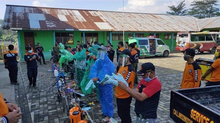 Sambut Kedatangan Santri, GP Ansor dan IPNU Bawang Semprotkan Disinfektan di Pesantren