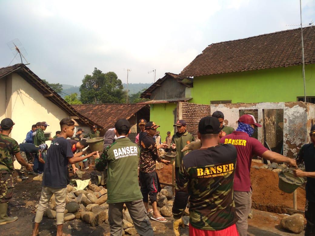 Tanggap Bencana, Ansor-Banser Limpung Bantu Korban Kebakaran Rumah