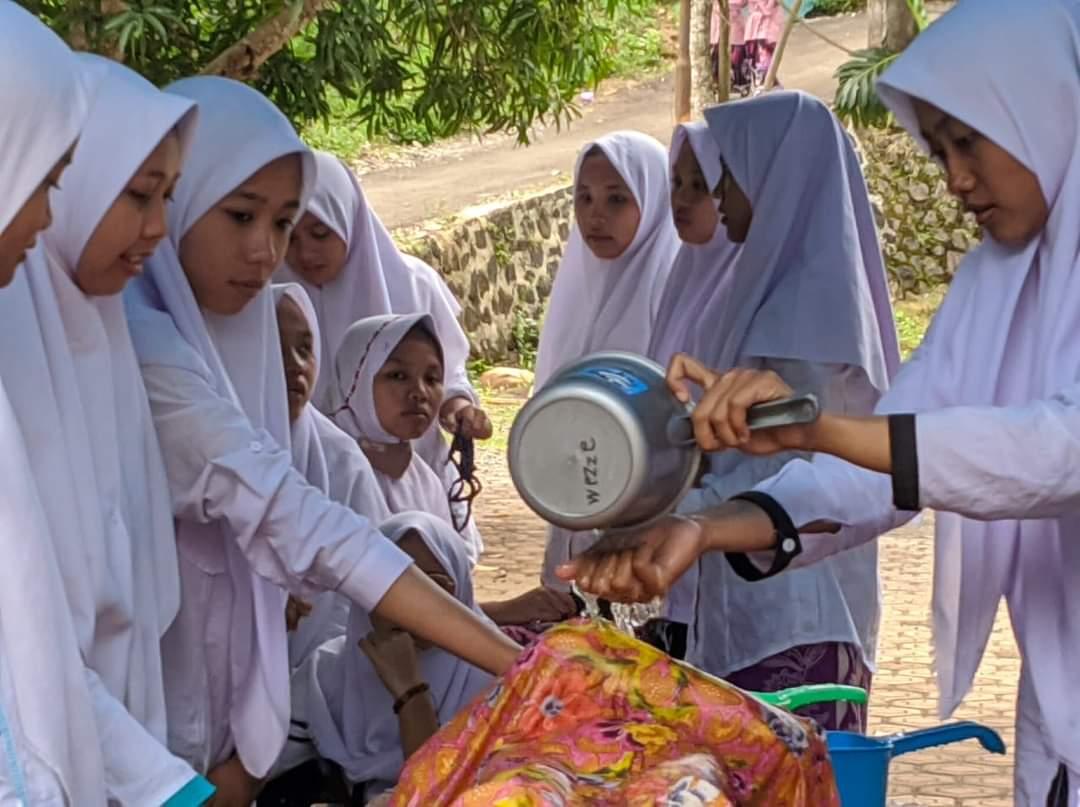 Ujian Akhir, Santri TPI Al-Hidayah Plumbon Praktik Mengurus Jenazah dan Menyembelih Ayam